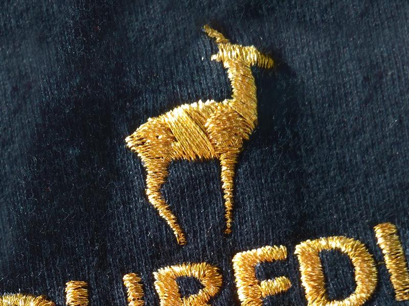 Ricamo del logo aziendale su tessuto jersey di cotone
