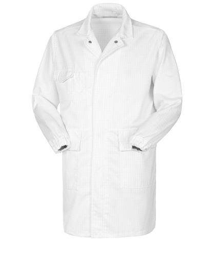 Camice da laboratorio antiacido e antistatico, chiusura con bottoni, due tasche applicate e un taschino, polsino con elastico, certificata EN 1149-5, EN 13034, colore bianco