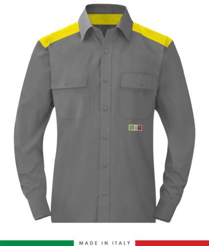 Camicia trivalente bicolore, chiusura con bottoni a pressione, due tasche sul petto, inserti colorati su spalle e interno collo, certificata EN 1149-5, EN 13034, UNI EN ISO 14116:2008, colore grigio/giallo