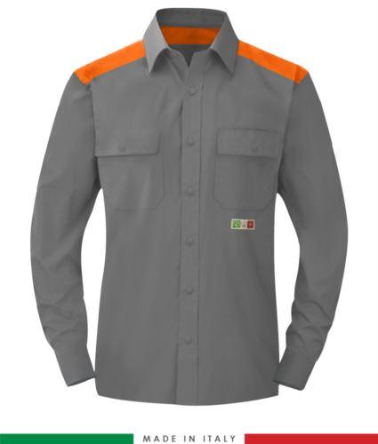 Camicia trivalente bicolore, chiusura con bottoni a pressione, due tasche sul petto, inserti colorati su spalle e interno collo, certificata EN 1149-5, EN 13034, UNI EN ISO 14116:2008, colore grigio/arancione