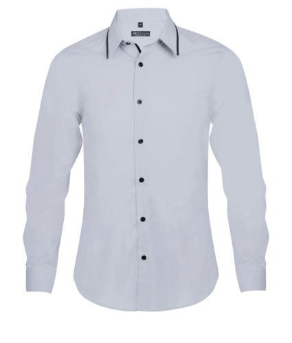 Camicia uomo a maniche lunghe, con bordino in contrasto sul colletto, bordino nero lungo la patta di chiusura, colore celeste