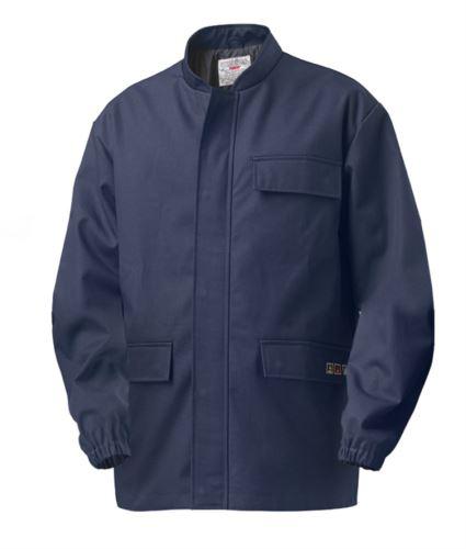 Giacca intera trivalente multipro, elastico ai polsi, chiusura con cerniera coperta, due tasche e una sul taschino, collo alla coreana, colore blu, certificata EN 11611, EN 1149-5, EN 13034, CEI EN 61482-1-2:2008, EN 11612:2009
