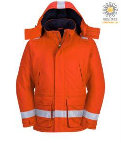Giaccone invernale antifiamma, antistatica, due tasche anteriori, chiusura con zip e bottoni, apertura manica regolabile, cappuccio staccabile, certificato EN 11611, EN 342:2004, EN 1149-5, EN 11612:2009, colore arancione