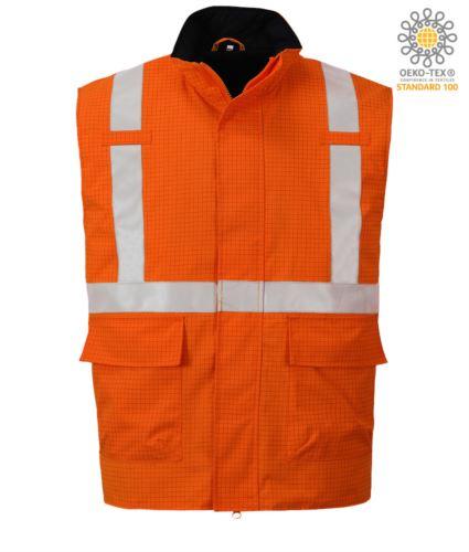 Gilet multifunzione, tessuto impermeabile, protezione chimica, antistatico, banda rinfrangente, colore arancione. Certificato CE, EN 1149-5, AS/NZS 4602.1 N/D, UNI EN 20471:2013, EN 13034, UNI EN ISO 14116:2008