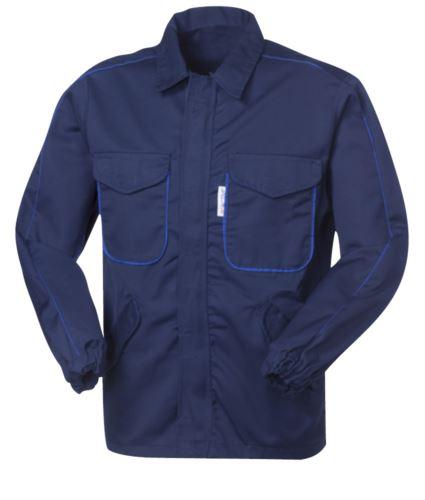 Giubbetto antiacido e antistatico, chiusura con zip nascosta, quattro tasche, polsini con elastico, profilo in contrasto su maniche e tasche, certificata EN 13034, EN 1149-5, colore blu