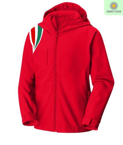 Giubbino in softshell impermeabile e traspirante, maniche staccabili, cappuccio staccabile mediante zip, fantasia tricolore su spalla, due tasche esterne con zip, colore rosso