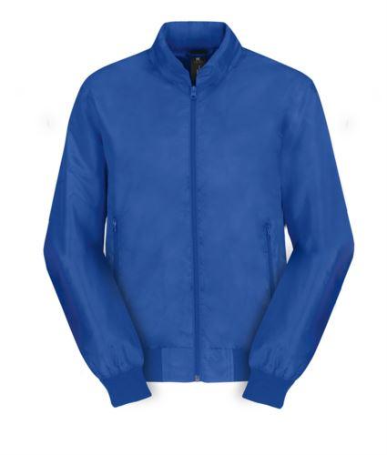 Giubbino leggero con collo alla coreana, con polsini ad elastico, due tasche con cerniera, chiusura con zip, colore azzurro royal