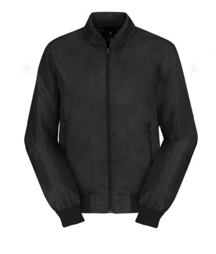 Giubbino leggero con collo alla coreana, con polsini ad elastico, due tasche con cerniera, chiusura con zip, colore nero