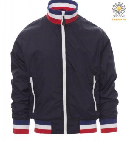 Giubbino non imbottito in nylon con tessuto drytech; colletto, polsini e vita in rib con colori bandiera. Colore Blu Navy con bandiera Francia