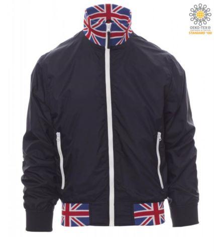 Giubbino non imbottito in nylon con tessuto drytech; colletto, polsini e vita in rib con colori bandiera. Colore Blu Navy con bandiera UK