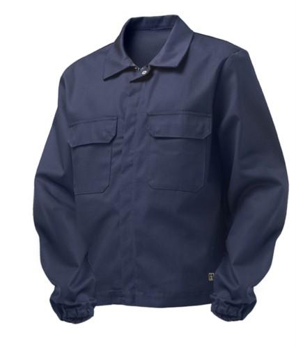 Giubbino trivalente multipro, chiusura con cerniera coperta e bottoni, polsini con elastico, due tasche sul petto, certificata EN 11611, EN 1149-5, EN 13034, CEI EN 61482-1-2:2008, EN 11612:2009, colore blu navy