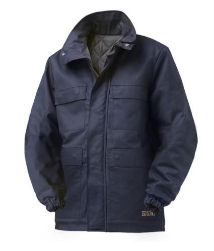 Giubbotto trivalente multipro, con imbottitura interna, chiusura con cerniera coperta e bottini, elastico ai polsi, certificato EN 11611, EN 1149-5, EN 13034, EN 11612:2009, colore blu