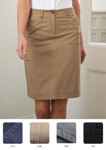 Gonna in cotone e 4% di elestane, con tasche e passanti per la cintura. Colori navy, beige, grigio, nero. Ideale per receptionist, hostess, hotellerie.