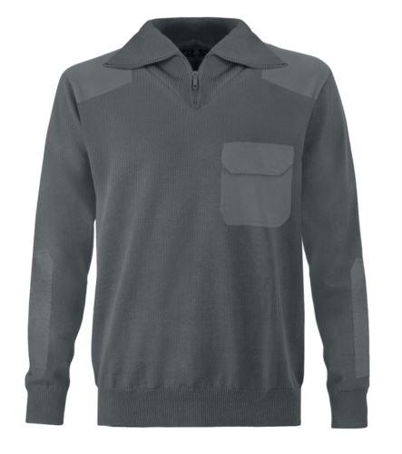 Maglione uomo collo alto, zip corta, toppe spalle e gomiti, taschino con patella, tessuto 100% acrilico, colore grigio