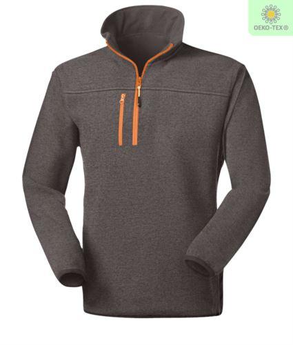 Pile zip corta knitted fleece, con una tasca sul petto chiusa con zip, cerniera in contrasto. Colore: Grigio Scuro