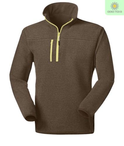 Pile zip corta knitted fleece, con una tasca sul petto chiusa con zip, cerniera in contrasto. Colore: Verde Militare