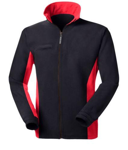 Pile bicolore, zip lunga con portabadge a scomparsa, due tasche. Colore: Nero/Rosso