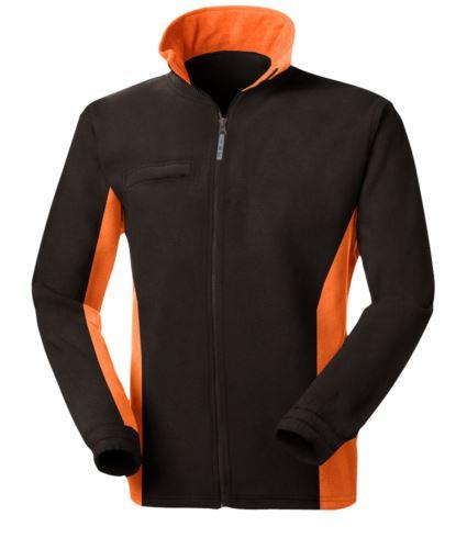 Pile bicolore, zip lunga con portabadge a scomparsa, due tasche. Colore: Nero/Arancio