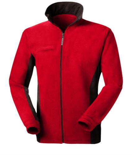 Pile bicolore, zip lunga con portabadge a scomparsa, due tasche. Colore: Rosso/Nero