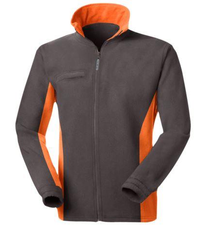 Pile bicolore, zip lunga con portabadge a scomparsa, due tasche. Colore: Grigio/Arancione