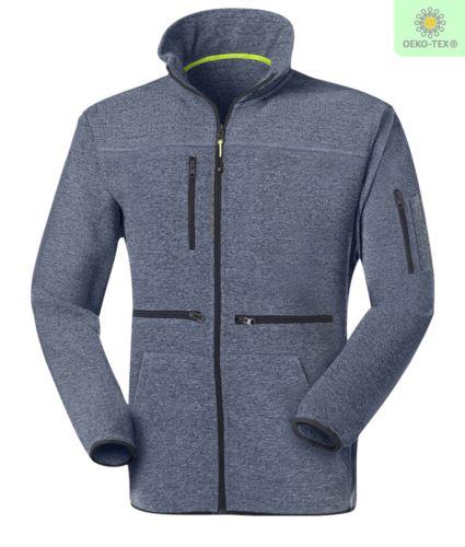 Pile zip lunga con tessuto knitted fleece, con una tasca sul petto chiusa con zip, cerniera in contrasto. Colore: Azzurro Chiaro
