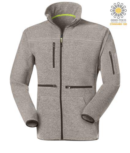 Pile zip lunga con tessuto knitted fleece, con una tasca sul petto chiusa con zip, cerniera in contrasto. Colore: Grigio Chiaro