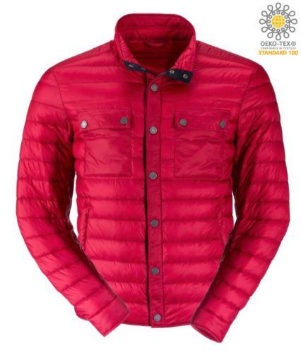 Piumino leggero con vestibilità fit, tessuto morbido, antivento e idrorepellente; chiusura con bottoni a pressione e a contrasto. Colore: Indian/Red