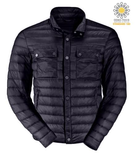 Piumino leggero con vestibilità fit, tessuto morbido, antivento e idrorepellente; chiusura con bottoni a pressione e a contrasto. Colore: Nero