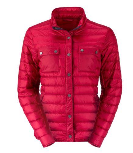 Piumino leggero donna con vestibilità fit, tessuto morbido, antivento e idrorepellente; chiusura con bottoni a pressione e a contrasto. Colore: Indian/Rosso