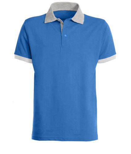 Polo a maniche corte da lavoro, bicolore, con colletto, fondo manica e abbottonatura in contrasto, tessuto colorato nel fessino. Colore azzurro royal