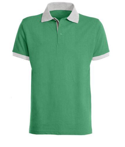 Polo a maniche corte da lavoro, bicolore, con colletto, fondo manica e abbottonatura in contrasto, tessuto colorato nel fessino. Colore verde