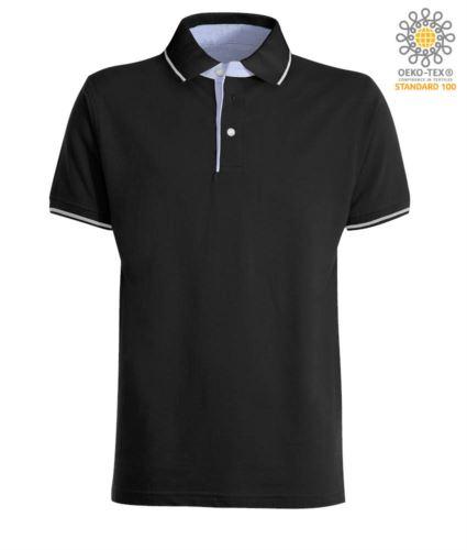 Polo manica corta bicolore, interno collo e fessino in Oxford celeste, colletto e maniche con dettaglio in contrasto. Colore Nero / Bianco