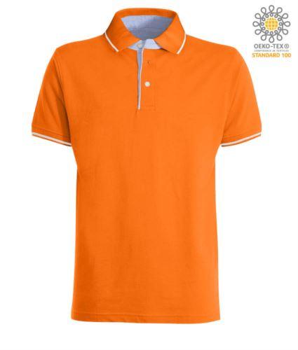 Polo manica corta bicolore, interno collo e fessino in Oxford celeste, colletto e maniche con dettaglio in contrasto. Colore Arancione / Bianco