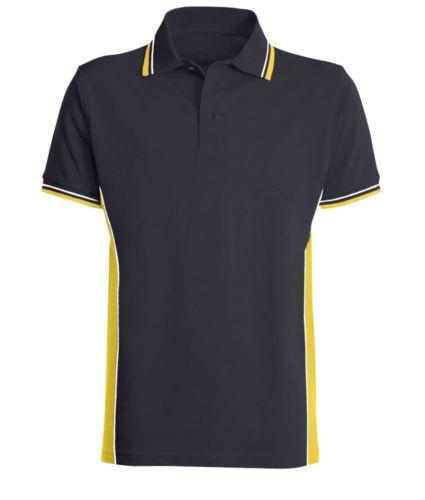 Polo manica corta bicolore con doppio piping bicolore su colletto, fondo manica e fascia laterale. Colore blu/giallo