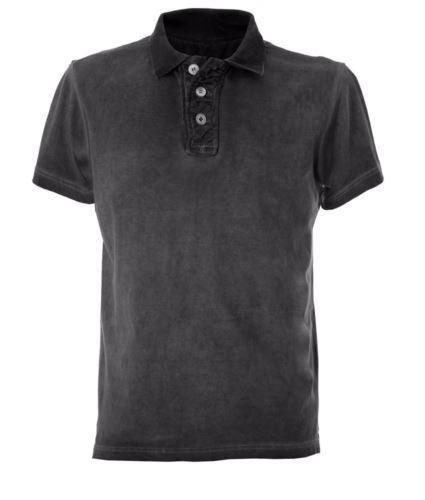Polo maniche corte in jersey, chiusura tre bottoni, colletto in rib, fessino stropicciato, tessuto 100% cotone pettinato, colore nero