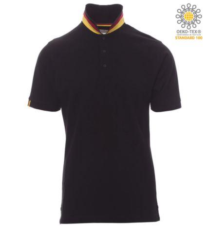 Polo a maniche corte in cotone piquet, colletto con contrasto tricolore visibile a colletto alzato. Colore nero/Germania