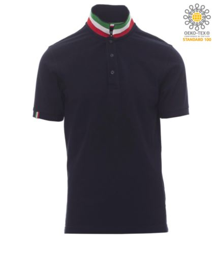 Polo a maniche corte in cotone piquet, colletto con contrasto tricolore visibile a colletto alzato. Colore blu navy/Italia