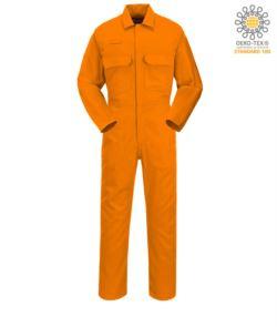 Tuta ignifuga, Anello per radio, chiusura con bottoni, tasche su torace, tasca porta metro, polsini regolabili, colore arancione. Certificato CE, NFPA 2112, EN 11611, EN 11612:2009, ASTM F1959-F1959M-12